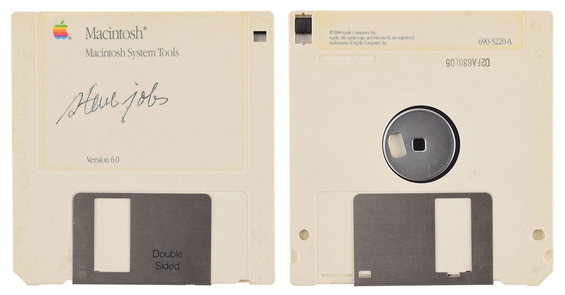Front- og bakside av en beige floppydisk. Framsiden er signert Steve Jobs med delvis svertet blekk fra blå penn.