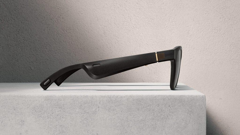 Bose frames alto med høyttaler og av/på-knapp på høyre stang.